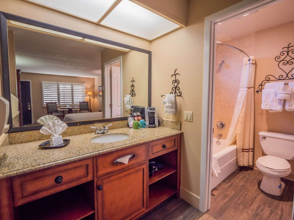 EcoRooms with Single Queen Bed and Patio at the Casa Ojai Inn
