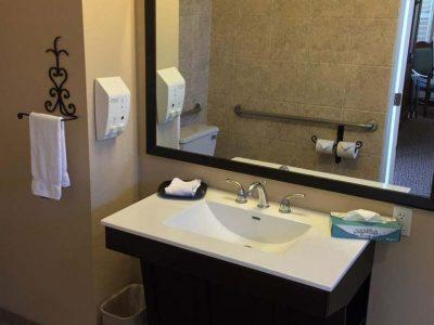 ADA Room with Roll-in Shower - Casa Ojai Inn